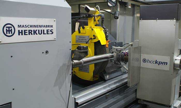 High-precision grinding of a roll for the stainless steel industry