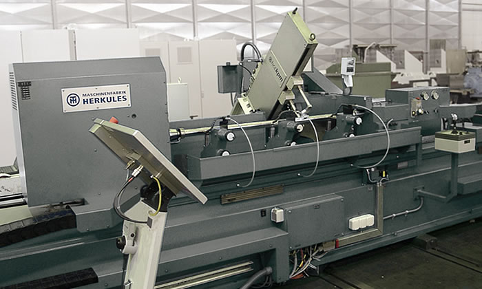 Highest precision – roll grinder with travelling workpiece